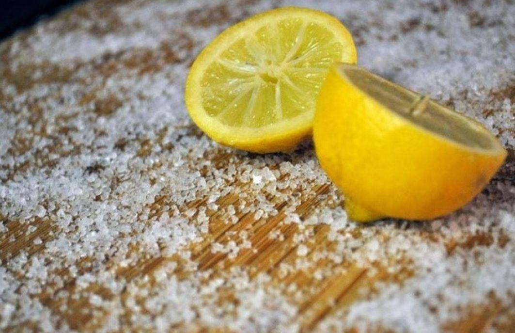 Dùng chanh và muối biển để khử mùi cho phòng khám