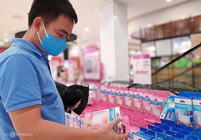 Đeo khẩu trang là một cách phòng tránh virus corona phổ biến và đơn giản