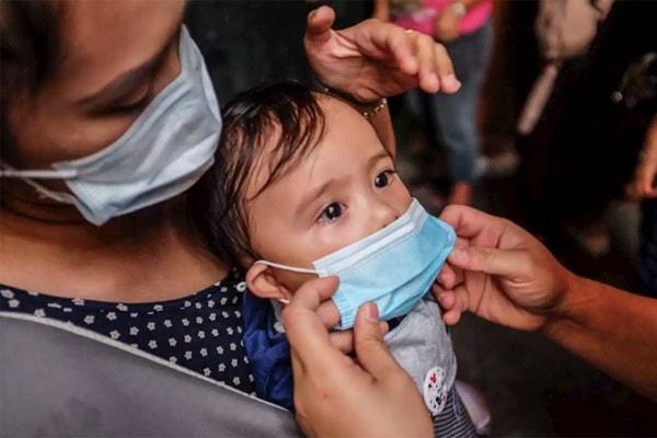 Ngừa virus corona cho trẻ nhỏ bằng cách sử dụng khẩu trang khi ra ngoài