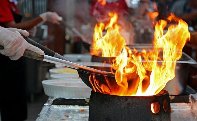 Các món ăn chiên, rán thường lưu lại mùi dầu mỡ khó chịu trong không gian